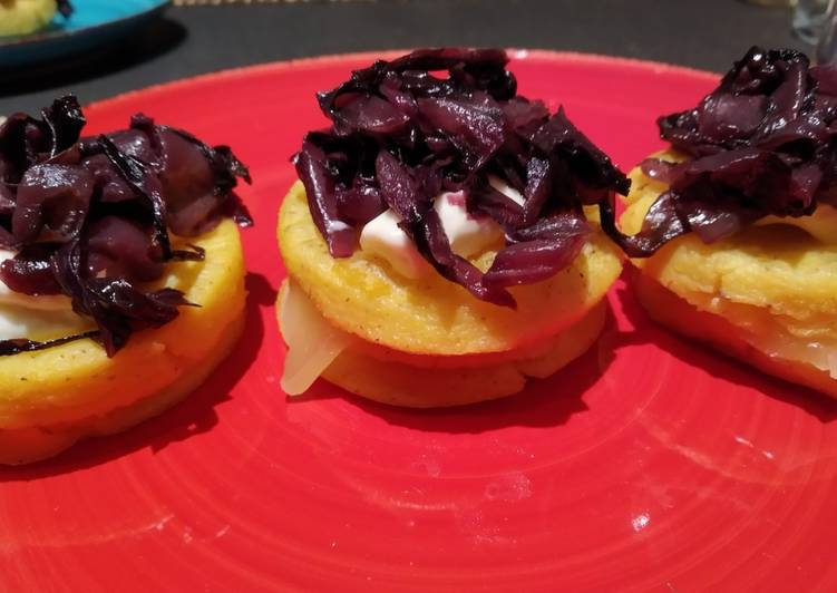 Recipe: Delicious Polenta medallions with crescenza and radicchio