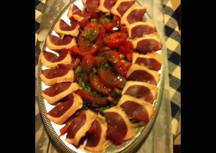 Recette de Tous les soirs de la semaine Salade de tomates aux magrets de canard fumés oignons nouveaux et herbes