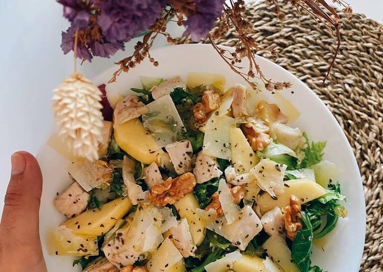 Ensalada de pollo con manzana, nueces y lascas de parmesano