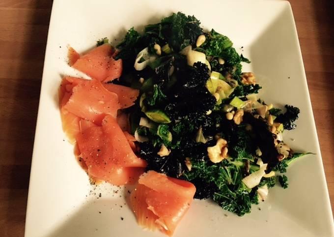 Salade chaude au chou kale et aux poireaux avec saumon sauvage fumé