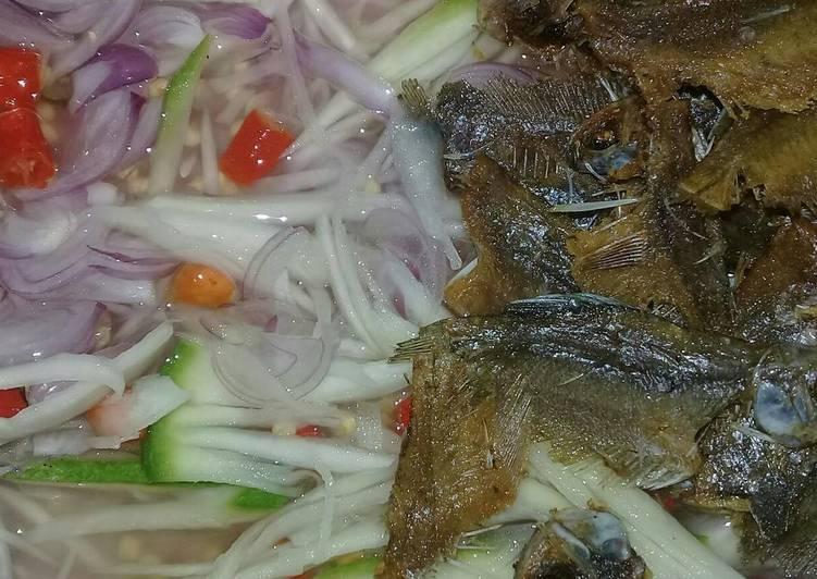Cacapan mangga plus sapat karing (ikan asin)