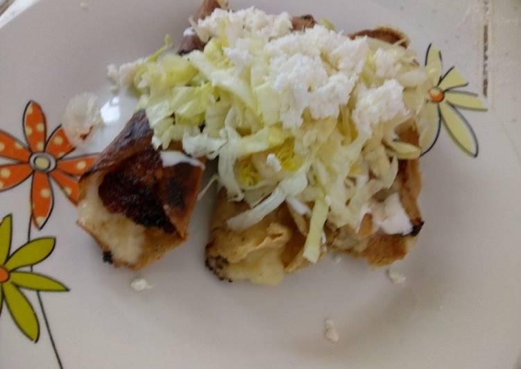 Tacos dorados de papa, rellenos de queso