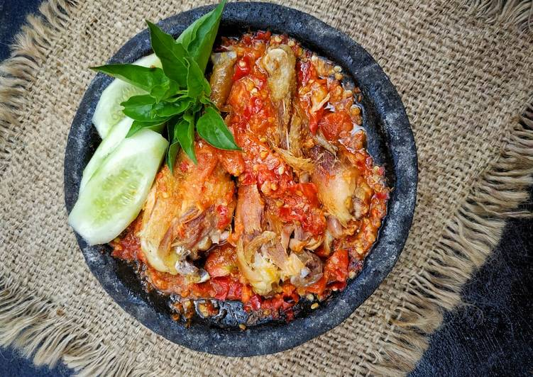 Ayam penyet sambel terasi