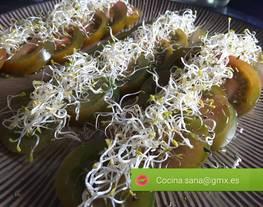 Tomate raf con alfalfa con aceite de lino