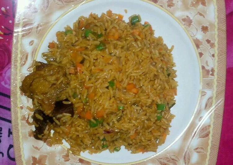 Recipe of Favorite Jollof rice garnish with green pepper green peas and carriot