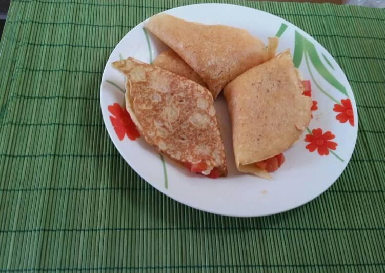Crepas rellenas de queso, champiñones y jitomate