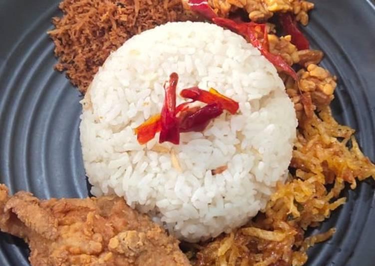 Nasi Liwet or Nasi Uduk (Ibu bilang nasi liwet...anak2 bilang nasi uduk...😄😄😄)