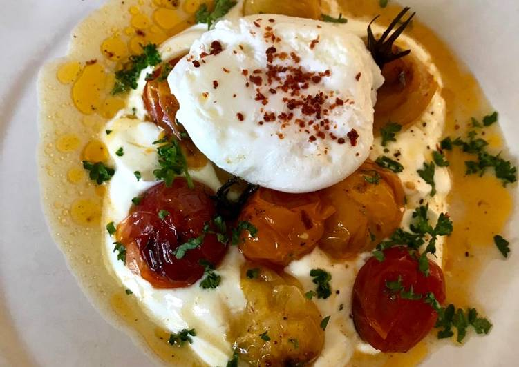Hot charred cherry tomatoes with cold yoghurt and poached egg