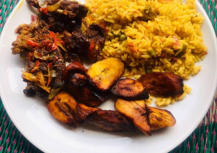 Jollof rice, fried plantain & pepper meat🥩
