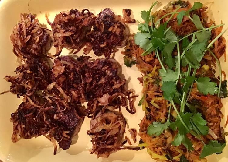 Mørbradbøffer med ristede løg, porre/gulerod stegt i olie med soya, chili og koriander, kartofler
