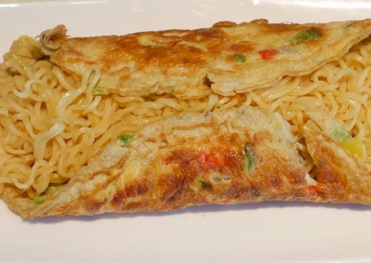 Noodles omelette (Egg noodles omelette)