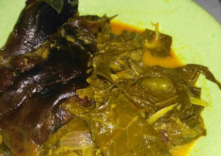 Gulai daun ubi ikan salai (ikan asap)