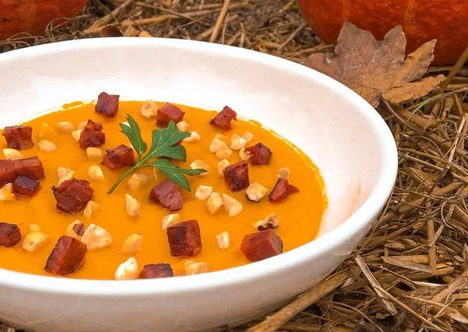 Soupe hivernale au potimarron, éclats de noisette et chorizo