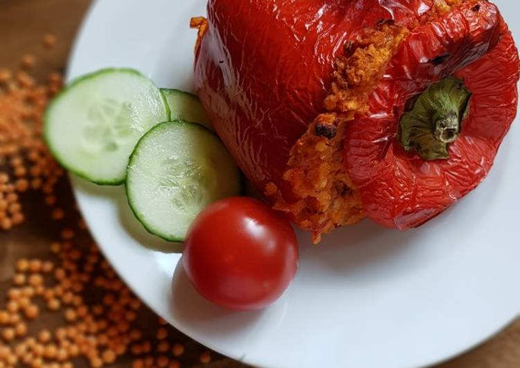 Paprika gefüllt mit roten Linsen