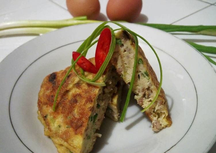Telur dadar isi daging cincang (martabak abal abal)