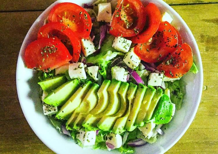 Salade composée express à l'avocat/tomate/oignon rouge/mozzarella