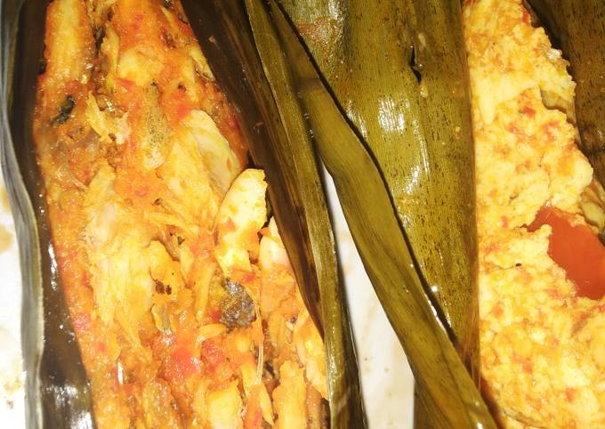 Pepes ikan pindang suwir bumbu merah pedas