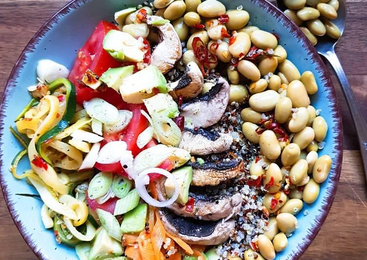 Quinoa-Edamame-Gemüse Bowl