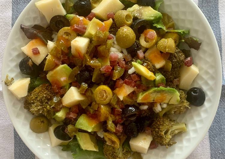 Summer salad with broccoli and jamón serrano