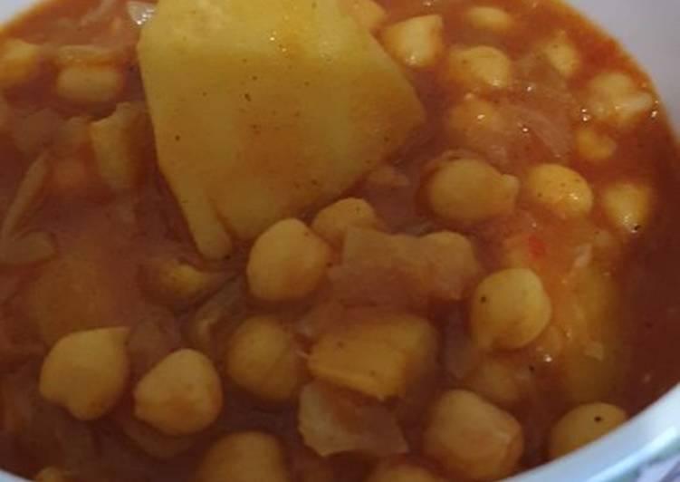 Guiso vegetariano de garbanzos con col y patatas