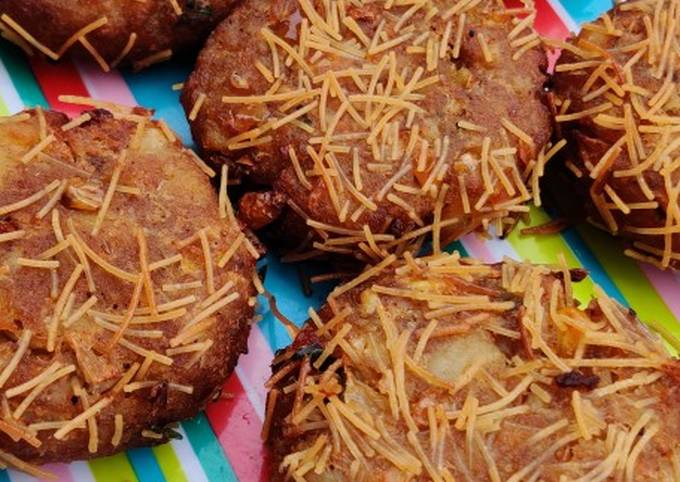 Vermicelli Coated Potato Corn and Cheese Cutlet