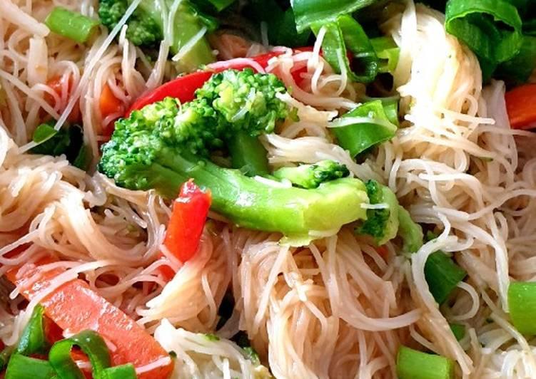 Reis-Vermicelli mit Gemüse und Hähnchen aus der Pfanne