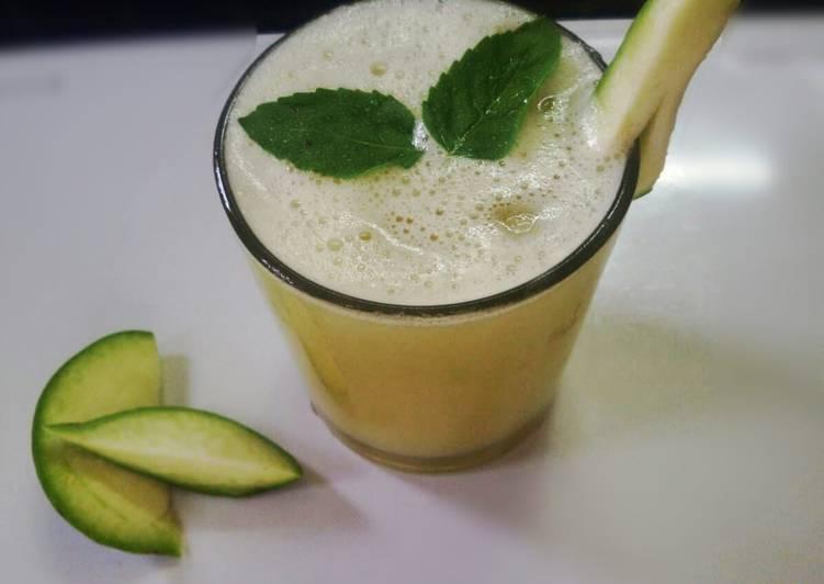 Raw mango and lemon smoothie