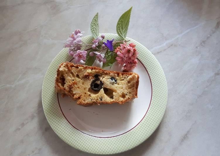 Cake aux tomates confites, olives noires, amandes.