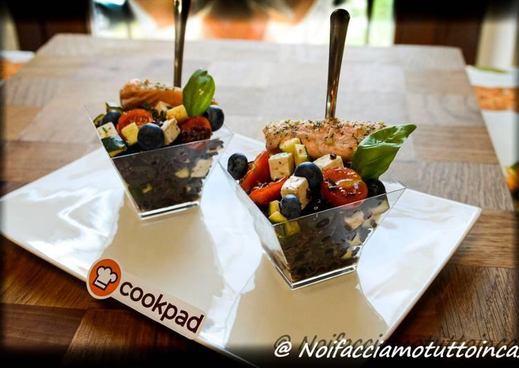Riso Venere con zucchine marinate, pomodorini, feta, olive nere, mirtilli e salmone scottato
