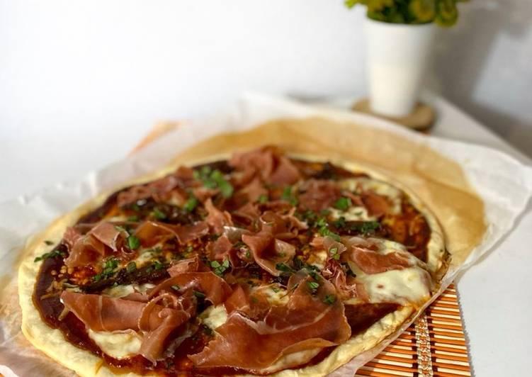 """Pizza """"Serranita"""" con jamón serrano, mozzarella y tomate seco"""
