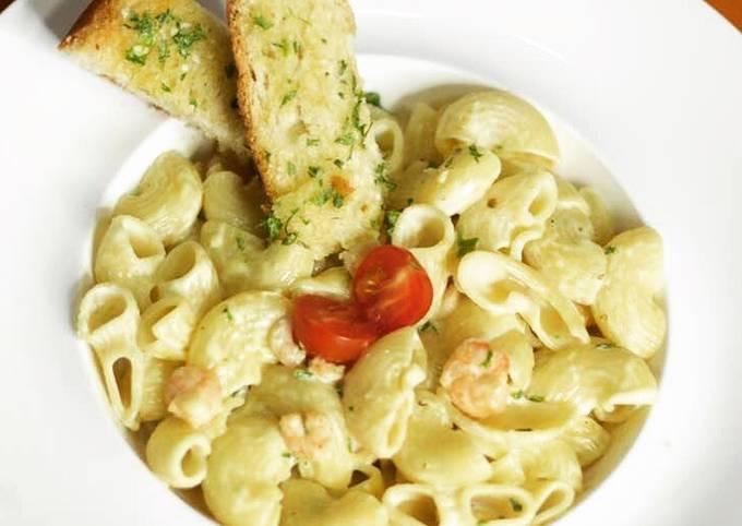 Creamy Shrimp pasta with garlic bread