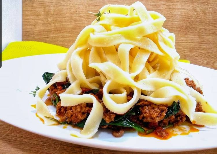 Tagliatelle bolognese with spinach