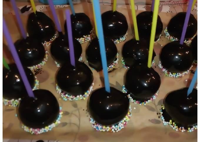 Cake pops vanille avec glaçage chocolat fondant et perles