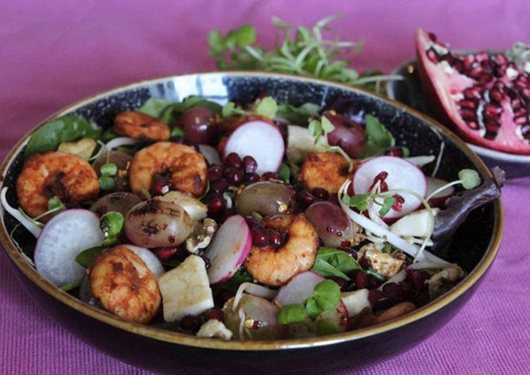 Step-by-Step Guide to Prepare Perfect Roasted grapes with prawns and halumi salad