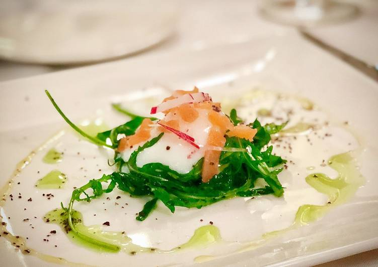 Recipe: Delicious 65ºC / 149ºF slow cooked egg with salmon rocket salad