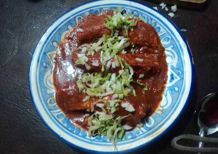 Enchiladas con salsa de cacahuate rellenas de puré de camote veganas