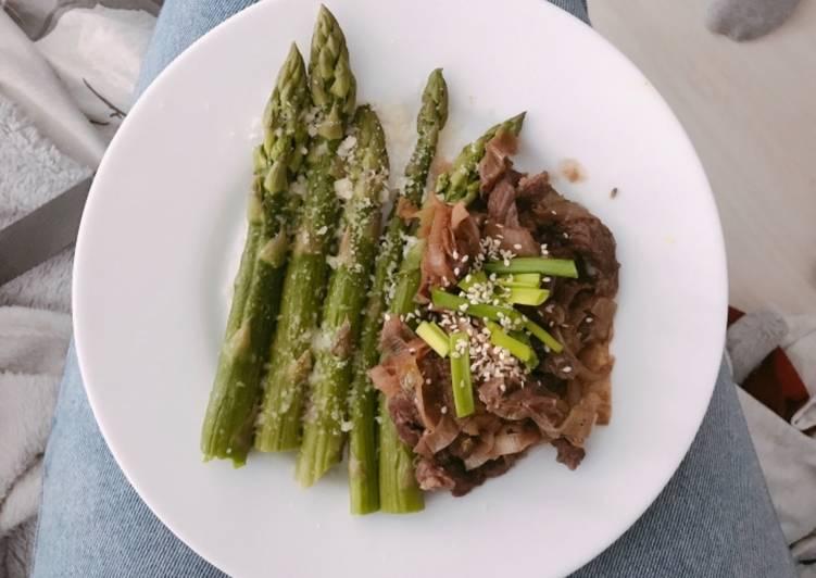 Wiosenne szparagi z parmezanem wraz z łagodnymi koreańskimi bulgogami