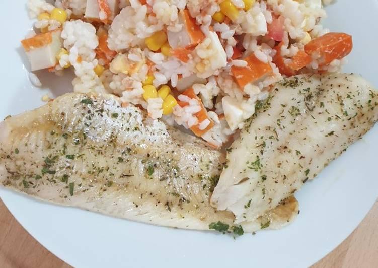 Ensalada de arroz acompañado de merluza al horno