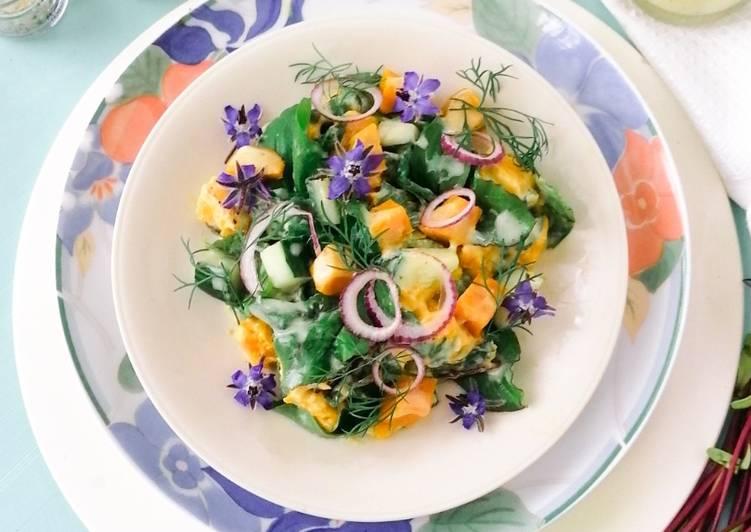 Süßkartoffel-Salat mit Gurke, Borretsch  und jungen Rote Bete Blättern