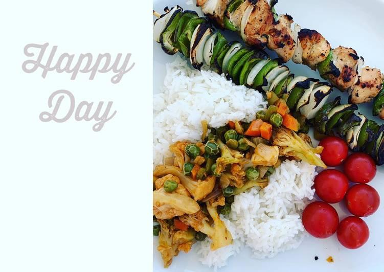 Brochette de poulet avec son riz et ses petits légumes