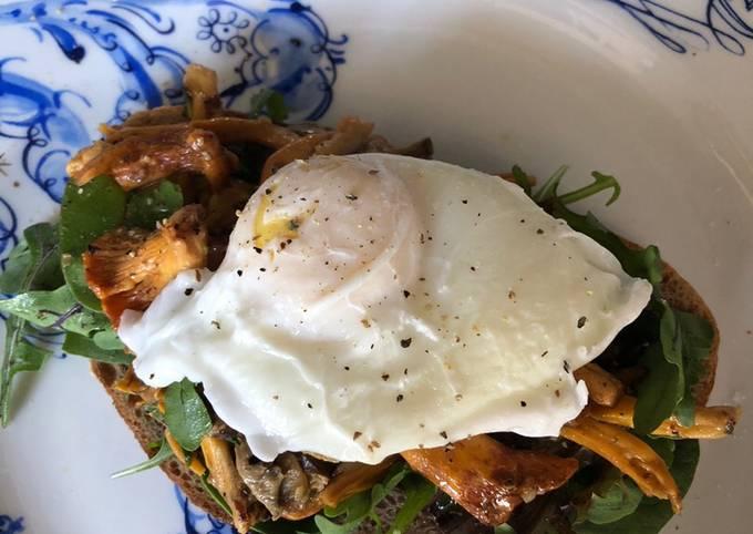 Mushrooms and poached egg (vegetarian)