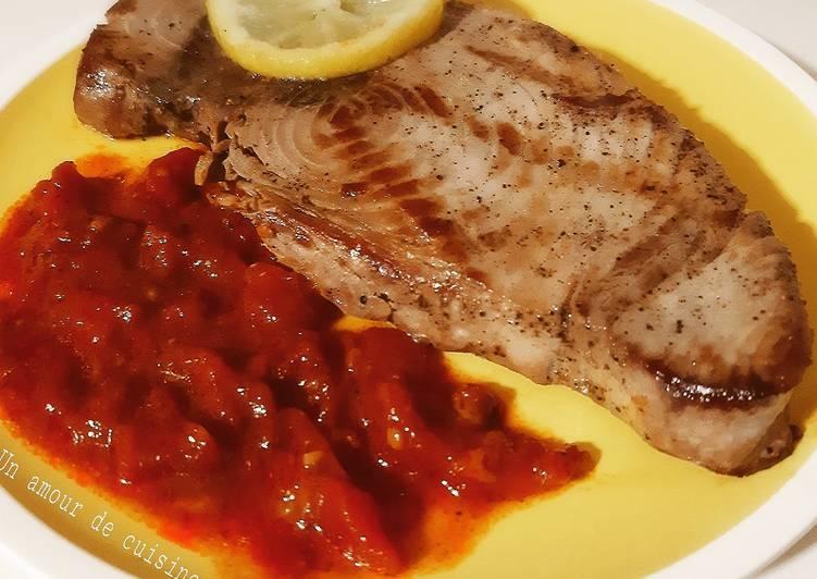 Comment Cuisiner Steak de thon accompagné d'une sauce tomate maison