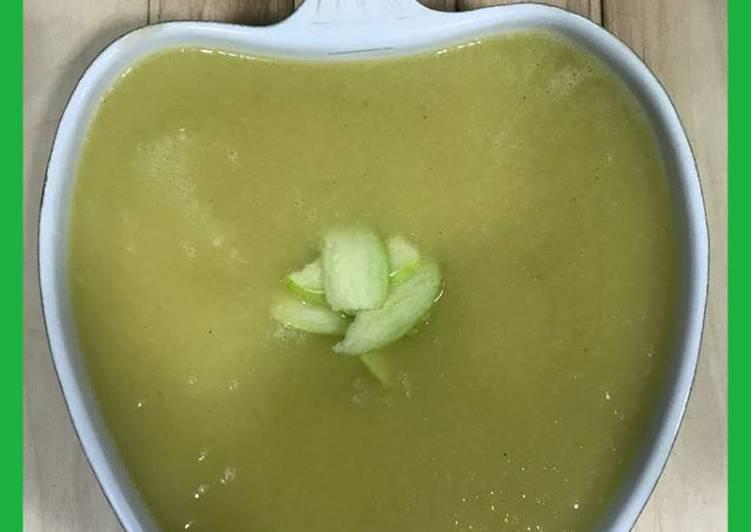 Sopa fría de manzana, apio y calabacín