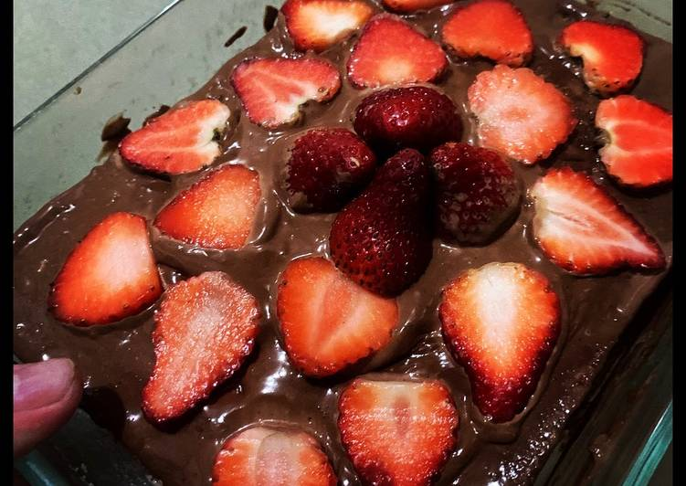 Strawberry Purée Cake w/ Chocolate Cream