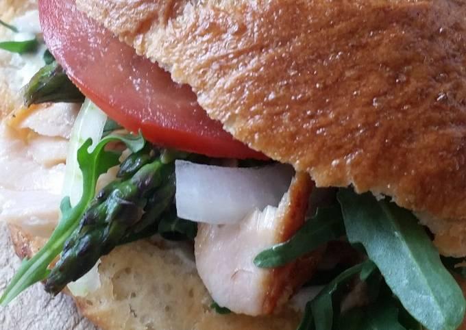Pulled Lachs Burger mit Radieschen und grünem Spargel