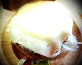 Hamburguesa de ternera y shiitake con loncha de queso cremosa
