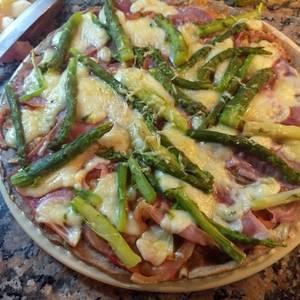 Pizza saludable hecha con masa de harina integral