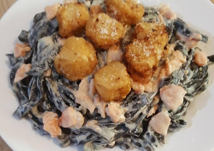 Tagliatelles à l'encre de seiche, noix Saint Jacques avec sauce saumonée