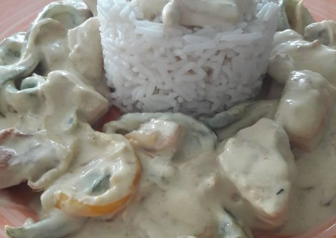 Émincé de poulet et poivrons au curry avec crème de coco