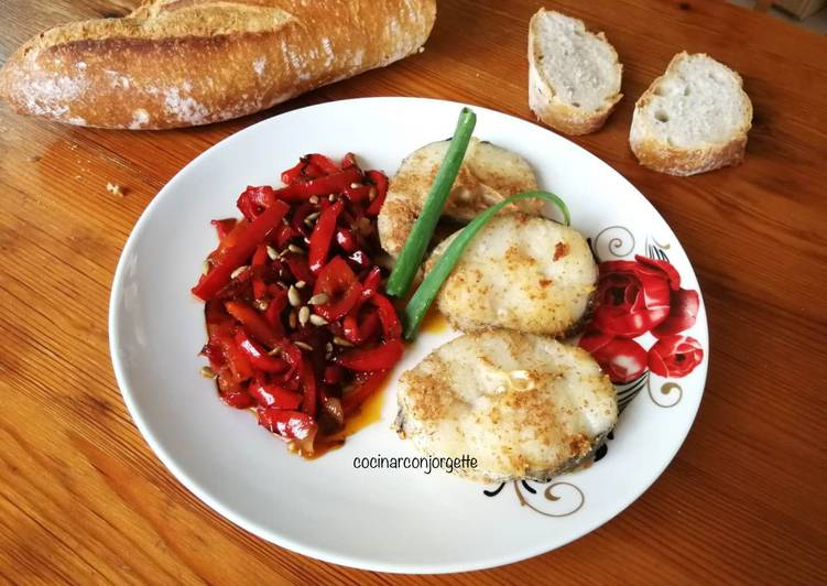 Merluza con pimiento rojo salteado